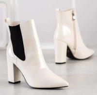 Białe błyszczące buty do kostki na wysokim obcasie